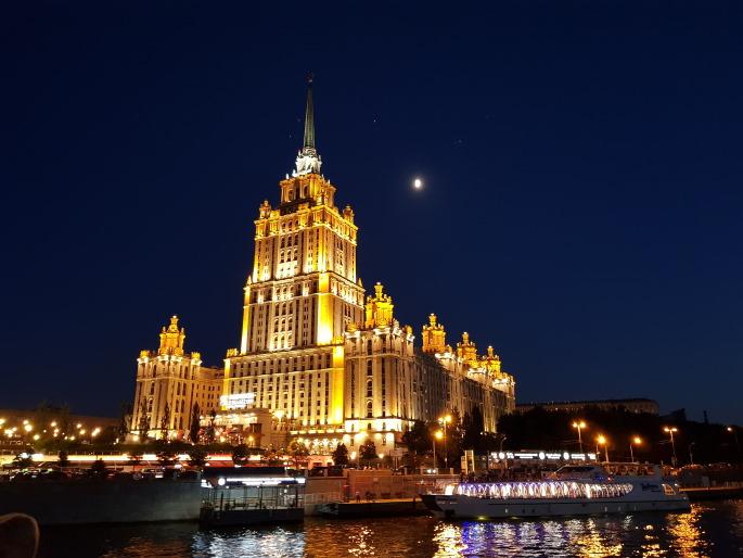 Hotel Ukraine nuit architecture stalinienne