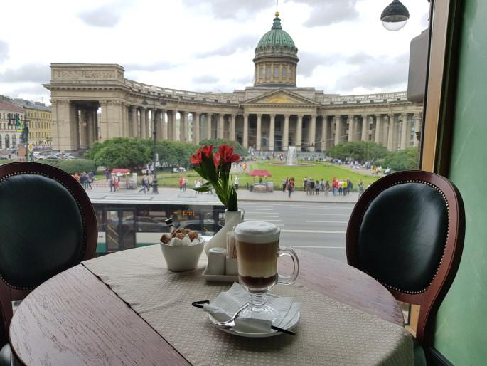 café singer en face Notre-Dame-de-Kazan